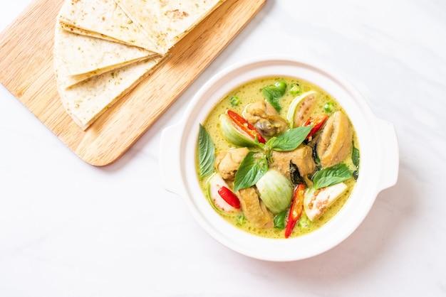 Roti e curry verde con pollo Foto Premium