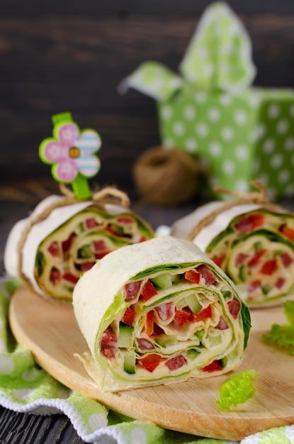 Rotoli di pane con verdure, formaggio e salsiccia Foto Premium