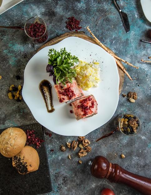 Rotoli di sushi caldi della california con il caviale rosso Foto Gratuite