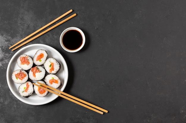 Rotoli di sushi copia-spazio sul piatto Foto Gratuite