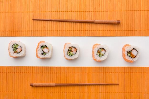 Rotoli di sushi deliziosi di vista superiore sul tavolo Foto Gratuite