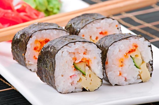 Rotoli di sushi giapponesi freschi tradizionali Foto Gratuite