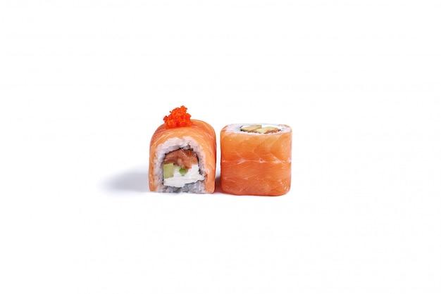 Rotoli di sushi giapponesi isolati su bianco Foto Premium