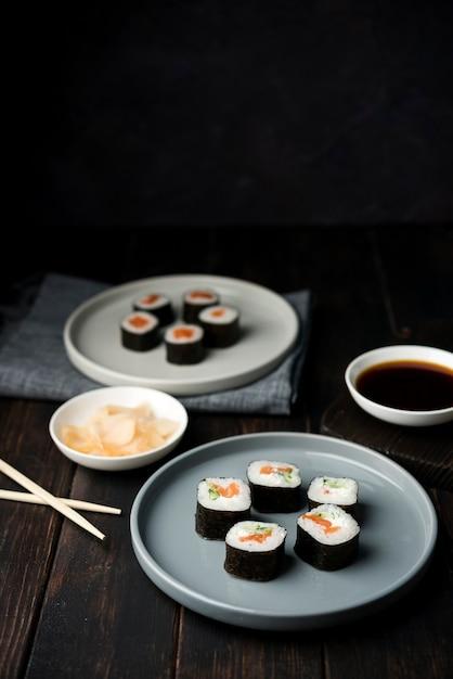 Rotoli di sushi tradizionali giapponesi con verdure Foto Gratuite