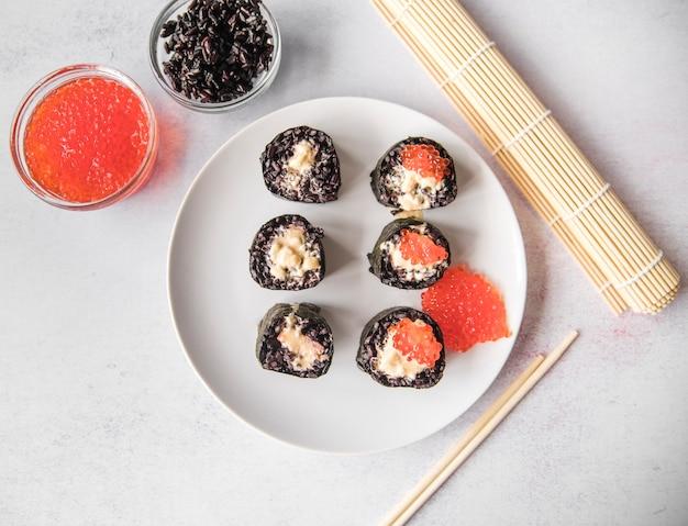 Rotoli di sushi vista dall'alto con caviale Foto Gratuite
