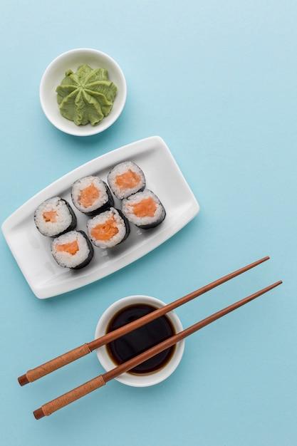 Rotoli di sushi vista dall'alto con salsa di soia e bacchette Foto Gratuite