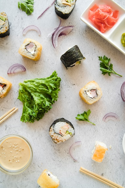 Rotoli di sushi vista dall'alto con spezie e ingredienti Foto Gratuite