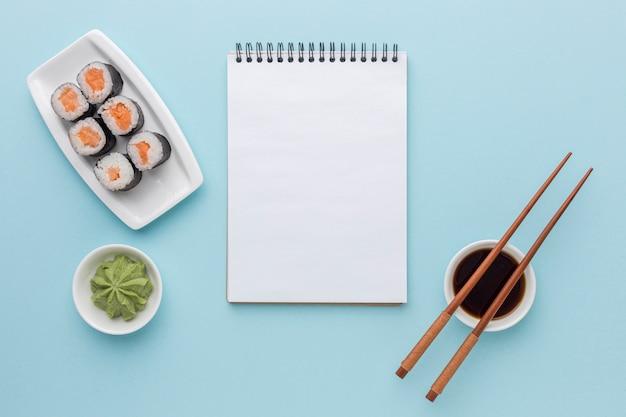 Rotoli di sushi vista dall'alto con wasabi e salsa di soia Foto Gratuite