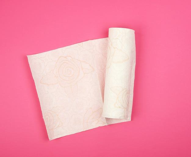 Rotolo contorto di tovaglioli di carta bianca morbida per viso e mani Foto Premium