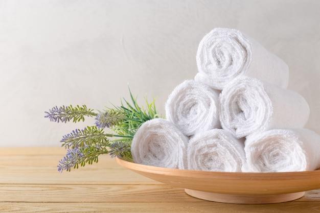 Rotolo di asciugamani con fiore Foto Premium