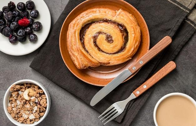 Rotolo di cannella gustoso vista dall'alto sul tavolo Foto Gratuite