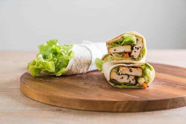 Rotolo di insalata di involtini di tofu Foto Premium