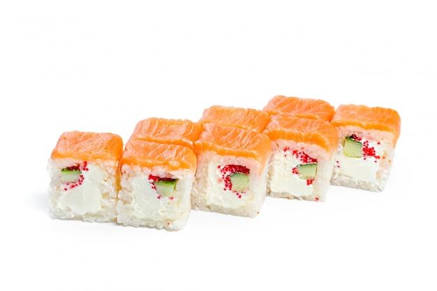 Rotolo di sushi con gli ingredienti freschi isolati su bianco Foto Premium
