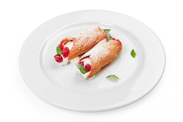 Rotolo dolce con il dessert delle bacche isolato su bianco Foto Premium