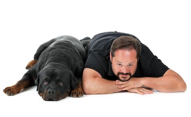 Rottweiler e uomo in studio Foto Premium