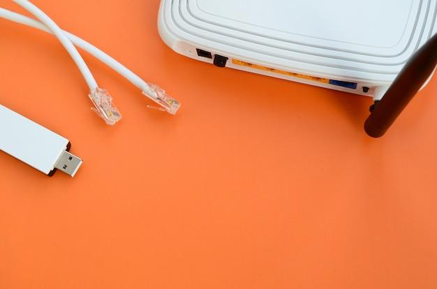 Router internet, adattatore wi-fi usb portatile e spine per cavo internet Foto Premium