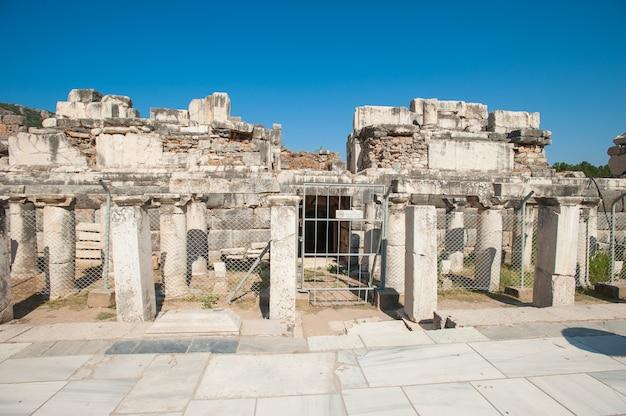 Rovine dell'antica città di efeso, l'antica città greca in turchia, in una bella giornata estiva Foto Premium