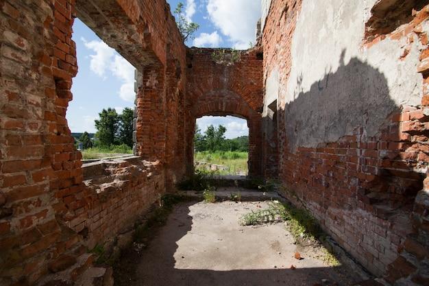 Rovine di un antico castello tereshchenko grod a zhitomir, ucraina Foto Premium