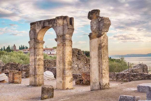 Rovine romane grotte di catullo o grotta di sirmione, lago di garda, italia settentrionale. Foto Premium
