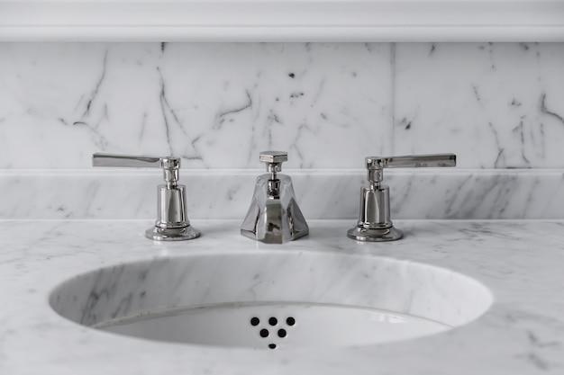 Rubinetto del primo piano e concetto interno del bagno di marmo