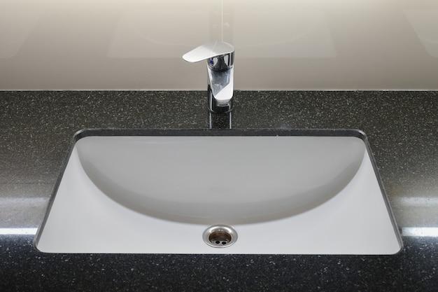 Rubinetto di stile moderno con piano in granito nero Foto Premium
