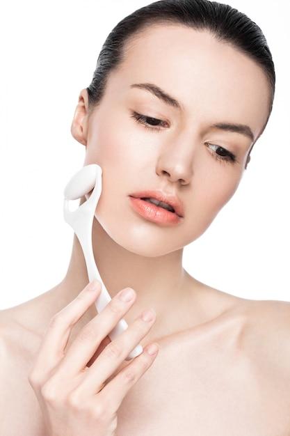 Rullo del fronte di massaggio di drenaggio della bella tenuta della donna Foto Premium