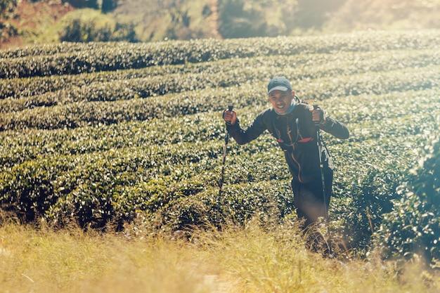 Runners. traccia dei giovani in esecuzione su un sentiero di montagna. trail avventura in esecuzione su un mountainlifestyle. Foto Premium
