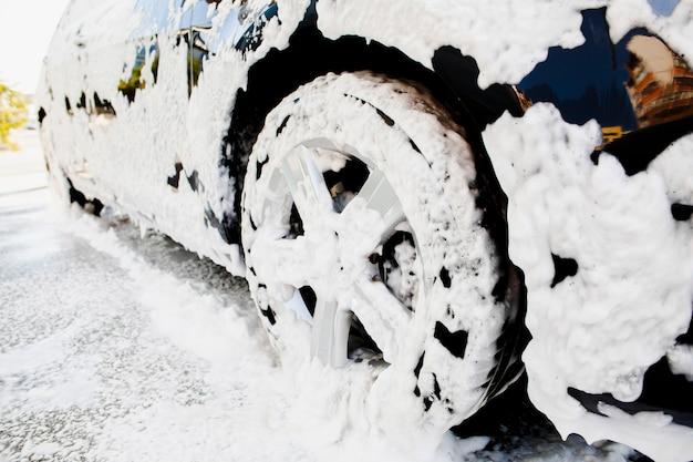 Ruota auto rivestita in schiuma di sapone Foto Gratuite