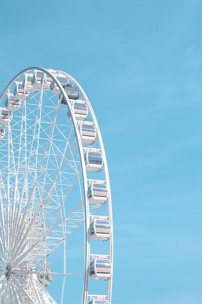 Ruota panoramica e cielo blu Foto Gratuite