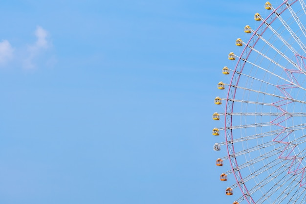 Ruota panoramica nel parco divertimenti Foto Gratuite