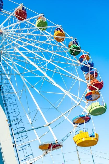 Ruota panoramica variopinta del parco di divertimenti nel cielo blu Foto Premium