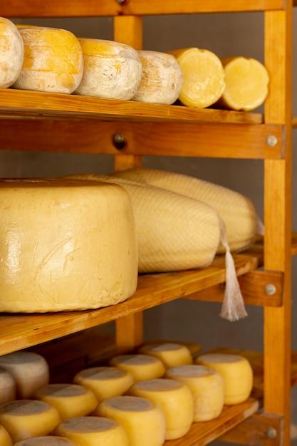 Ruote di formaggio gustoso primo piano Foto Gratuite