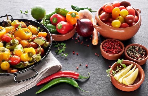Rustico, verdure al forno con spezie ed erbe aromatiche in teglia Foto Premium