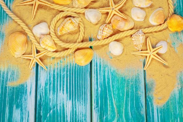 Sabbia di mare e conchiglie sul pavimento di legno blu Foto Premium