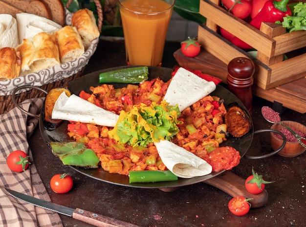 Sac ici cibo azerbaijano con verdure tritate e lavash Foto Gratuite