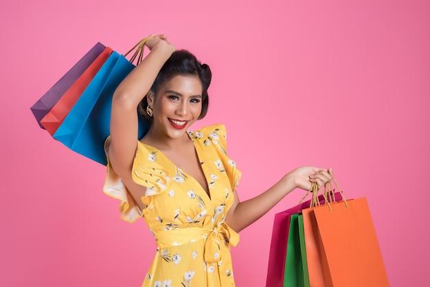 Sacchetti della spesa colorati bella tenuta asiatica della donna Foto Gratuite