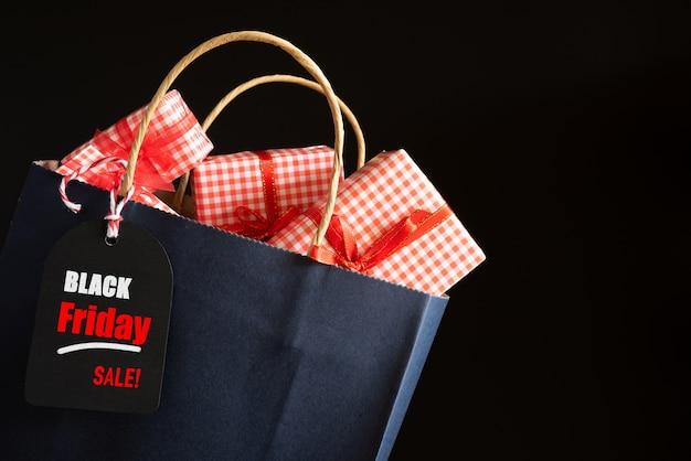 Sacchetti della spesa e scatole di regali di vendita di black friday con l'etichetta del messaggio. concetto di acquisto Foto Premium