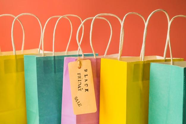 Sacchetti della spesa variopinti con etichetta Foto Gratuite