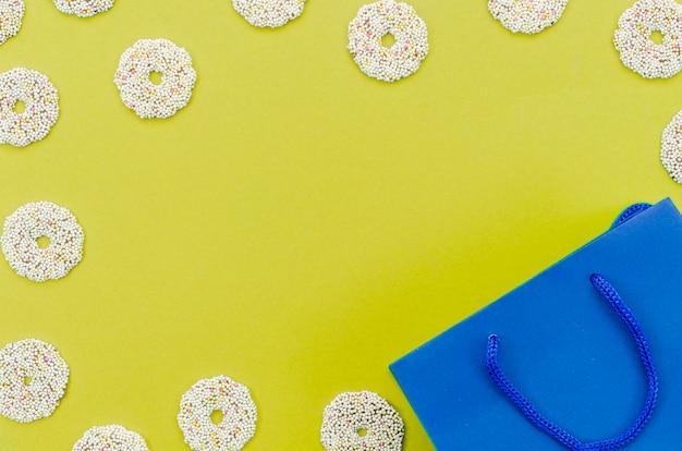 Sacchetto del regalo di compleanno con sfondo di colore Foto Gratuite