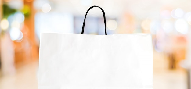 Sacchetto della spesa del libro bianco sopra il negozio vago con lo spazio della copia Foto Premium
