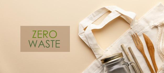 Sacchetto di cotone, cultery di bambù, vaso di vetro, spazzolini da denti di bambù, spazzola per capelli e cannucce a colori, piatto. Foto Premium