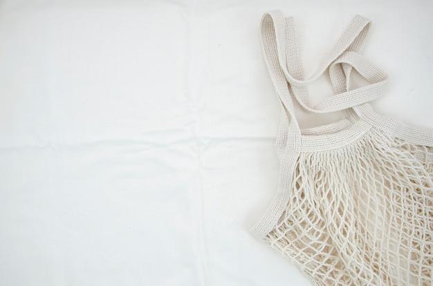 Sacchetto netto del cotone di vista superiore su priorità bassa bianca Foto Gratuite
