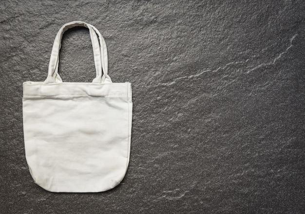 Sacco di acquisto del panno del panno della borsa di eco del tessuto della tela del totalizzatore bianco su fondo scuro Foto Premium