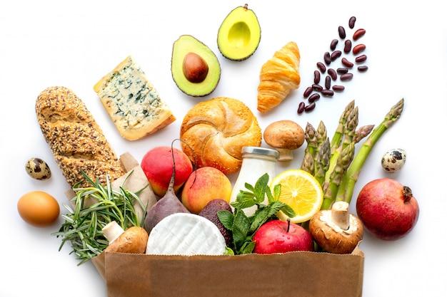 Sacco di carta con cibo sano. priorità bassa dell'alimento sano concetto dell'alimento del supermercato. spesa al supermercato consegna a domicilio Foto Premium