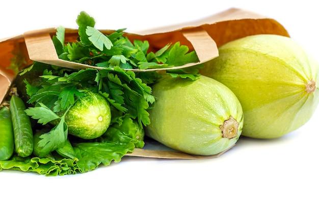 Sacco di carta di diverse verdure verdi sane. il concetto di corretta alimentazione e cibo sano. alimenti biologici e vegetariani vista dall'alto, disteso, copia spazio per il testo. Foto Premium