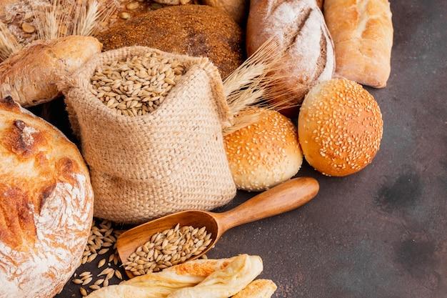 Sacco di semi di grano e assortimento di pasticceria Foto Gratuite