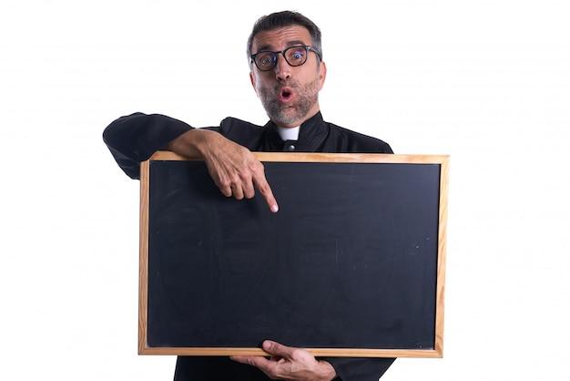 Sacerdote che tiene lo spazio vuoto della copia della lavagna Foto Premium