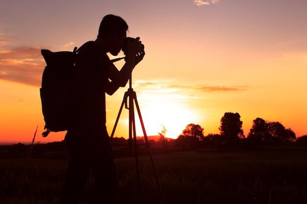 Sagoma della fotografia con un tramonto Foto Premium
