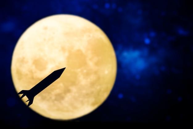 Sagoma di razzo su una luna piena Foto Gratuite