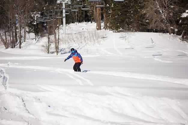 Sagoma snowboarder nella stazione sciistica, sciare in montagna Foto Premium